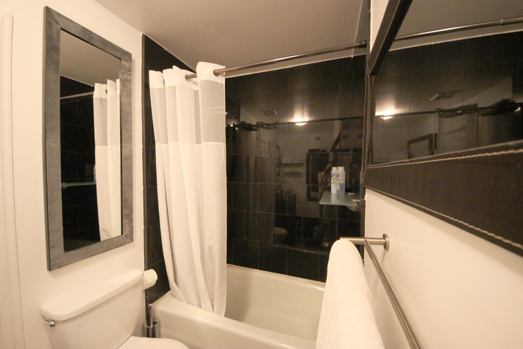 Floor-to-Ceiling-Contemporary-Black-Marble-Shower-Tub